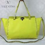 VALENTINO 05-7 時尚新款女士熒光黃色大號橫款鉚釘包購物袋