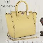 VALENTINO 1912-2 新款女士淡黃色原版皮大號豎款鉚釘包