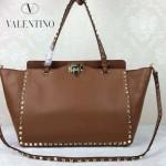 VALENTINO 05-5 時尚新款女士土黃色大號橫款鉚釘包購物袋