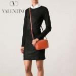 VALENTINO 1927-3 時尚潮流休閒奶茶色原版皮鉚釘方塊包單肩小包