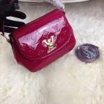 LV M90949 專櫃最新款Pasadena紫紅色漆皮壓花手提單肩包