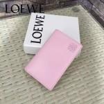 LOEWE 07 人氣熱銷新款粉色原版牛皮對折卡片夾
