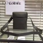 LOEWE 0258-01 專櫃時尚新款MlLlTARY Pocket系列進口原版柔軟小牛皮男士斜背包