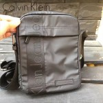 Calvin Klein-004-2 新款男士黑色防水面料豎款小號單肩斜挎包