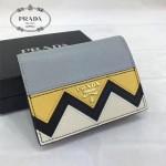 Prada-1MV204-3 皮革翻蓋彩色希臘波浪圖案鍍金金屬配件金屬字母按扣開合錢夾