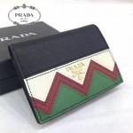 Prada-1MV204 皮革翻蓋彩色希臘波浪圖案鍍金金屬配件金屬字母按扣開合錢夾