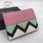Prada-1MV204-2 皮革翻蓋彩色希臘波浪圖案鍍金金屬配件金屬字母按扣開合錢夾