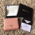 PRADA 1M0176-10 人氣經典款裸粉色原版十字紋短款三折錢包
