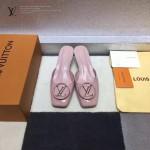 LV鞋子-005-3 路易威登專櫃最新金屬LOGO高級牛漆皮方頭坡跟涼拖鞋