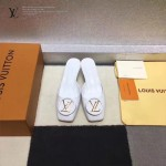 LV鞋子-005 路易威登專櫃最新金屬LOGO高級牛漆皮方頭坡跟涼拖鞋