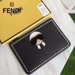 FENDI 0078 潮流新款老佛爺公仔造型原版小牛皮鉚釘設計休閒手拿包