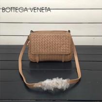 BV 168060-4 簡約休閒杏色編織羊皮雙面隔層單肩斜挎包