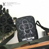 M43677 新款 黑花絲印系列原版皮男士斜背包