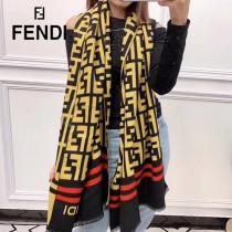 FENDI圍巾披肩多用,專櫃款圖案搭配拼色雙面的設計 身效果也超級棒,顏色搭配都是 羊絨混紡材質   尺寸:180X70cm