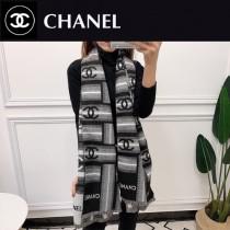 CHANEL圍巾披肩多用 專櫃款圖案搭配拼色雙面的設計,加上圖案定位精致的,工藝 上身效果也超級棒 尺寸:180x70 羊絨混紡材質