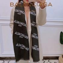 秋冬新款 巴黎世家圍巾披肩多用,專櫃款圖案搭配拼色雙面的設計 尺寸:180X70cm,羊絨混紡材質