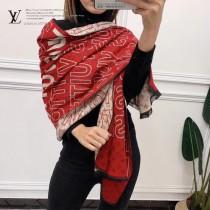 秋冬新款 LV圍巾披肩多用,專櫃款圖案搭配拼色雙面的設計,加上圖案定位精致的,工藝   上身效果也超級棒,顏色搭配都是 手感也超級舒服, 尺寸:180X70cm  羊絨混紡材質